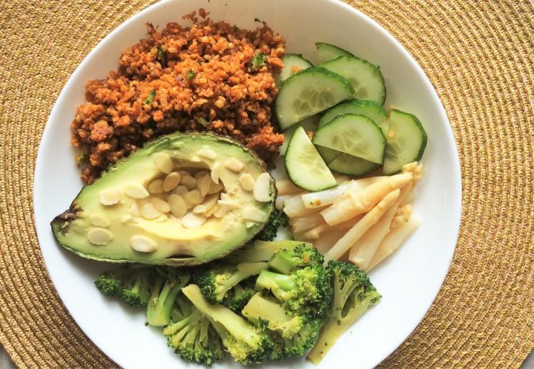 Fibres au déjeuner, légumes vert, quinoa, asperge, avocat, concombre, brocolis